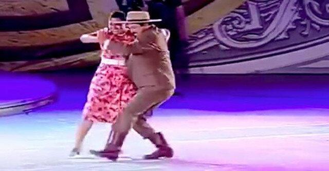 Żwawy i piękny taniec pulchnej pary