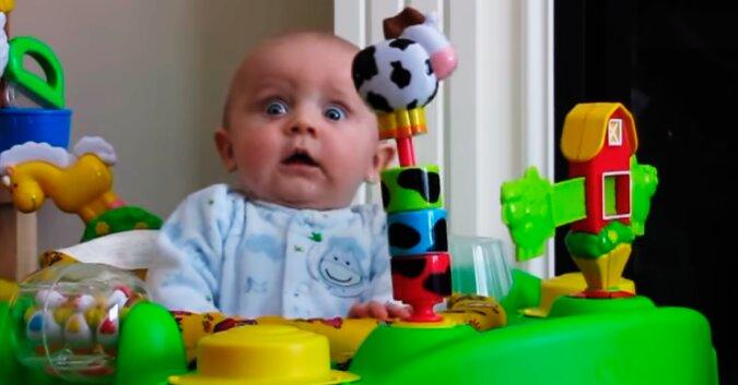 Małe dzieci często reagują zadziwiająco na obce dźwięki, ale ten dzieciak podbił cały internet swoją reakcją
