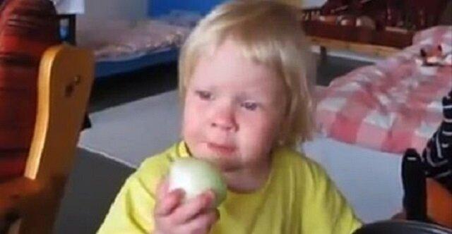 Mama patrzy, jak dziecko je cebulę i to nagrywa. Gdy opublikowała to w social mediach zrobiło się gorąco