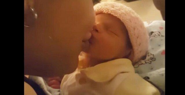 Mama pocałowała maluszka. Reakcja dziecka jest fajna. Bezgraniczne zauroczenie gwarantowane