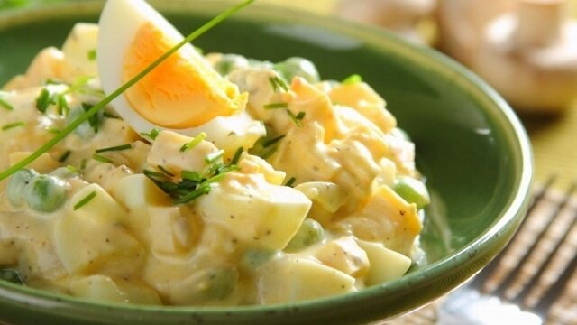 Sałatka jajeczna. Jest często podawana jako przekąska, jak również główne danie na śniadanie