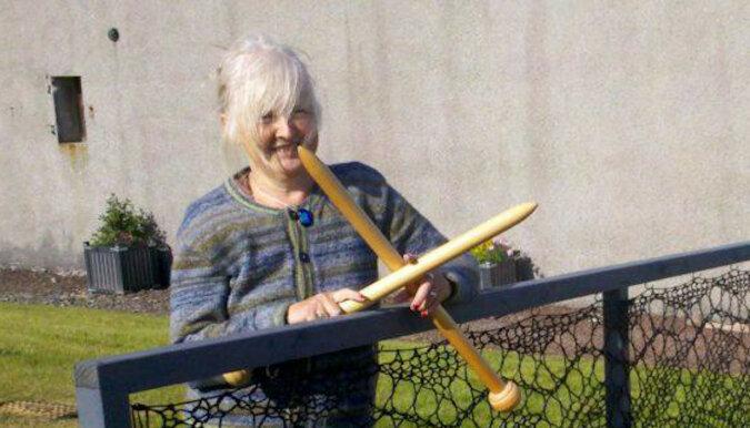Kobieta postanowiła zrobić sobie na drutach koronkowy płot. Teraz są takie na prawie każdym podwórku jej rodzinnego miasta