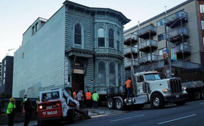 Mężczyzna zapłacił 400 tysięcy dolarów za przeniesienie całego swojego 139-letniego domu na inną ulicę