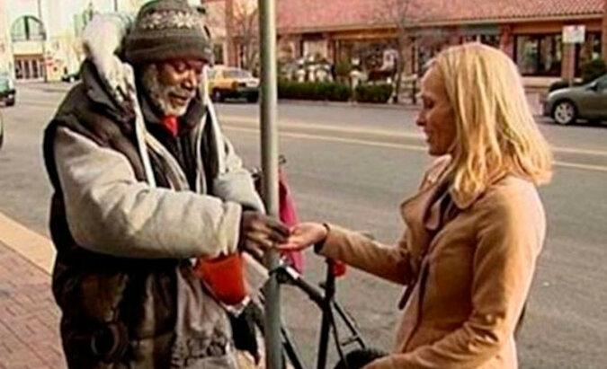 Amerykanka przypadkowo wręczyła bezdomnemu obrączkę wraz z jałmużną. Co zrobił bezdomny?
