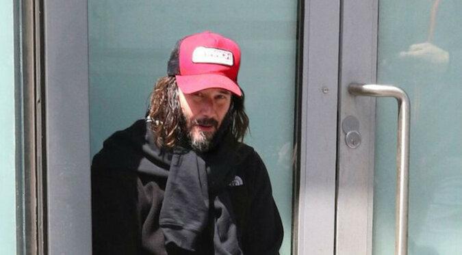 """""""Niepokonany"""". Dlaczego, mając majątek w wysokości 400 milionów dolarów, Keanu Reeves żyje jak zwykły człowiek?"""