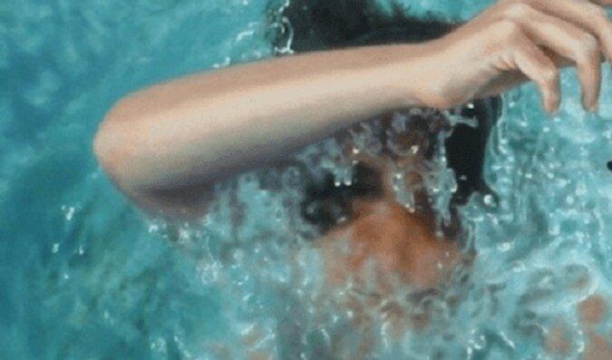 Wydaje się, że kobieta płynie pod wodą. Ale przyjrzyj się bliżej - jest inaczej