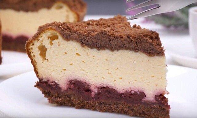 Duży sernik w piekarniku z kawałkami pysznej czekolady