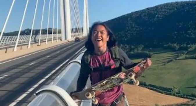Skateboardzista skaczący z najwyższego mostu na świecie: wideo