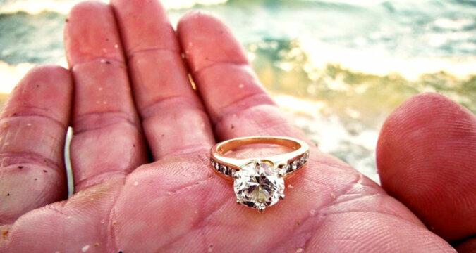 Spacerując po plaży, dziewczyna znalazła złoty pierścionek. Nie można uwierzyć w to, co stało się później