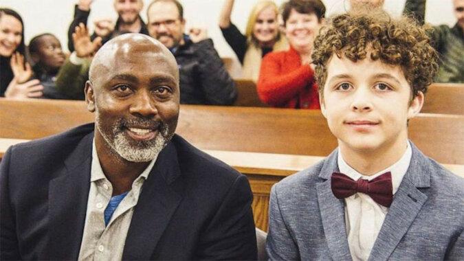 Chłopiec został porzucony przez swoich przybranych rodziców, ale ten mężczyzna go adoptował