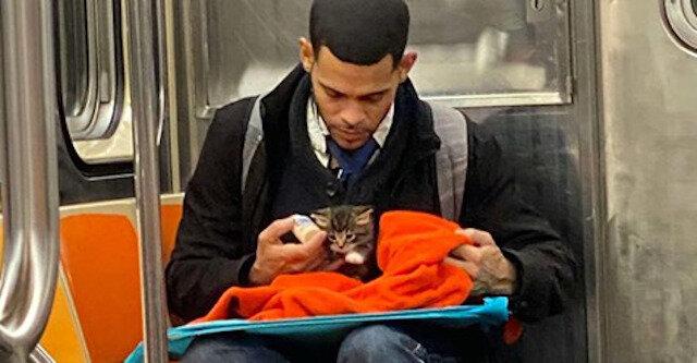 Zdjęcie nieznajomego z kotkiem w metrze przywraca wiarę w ludzkość
