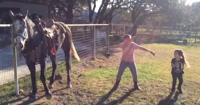 Te dwie dziewczyny zaczęły wspólnie tańczyć do muzyki obok konia. To, co się później wydarzy wprowadzi Cię w zachwyt