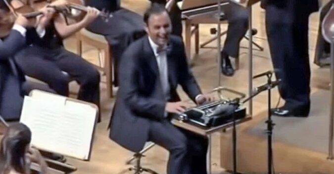 To, na czym gra ten mężczyzna wywołuje uśmiech u widzów. Gdy utwór się kończy, publiczność jest zachwycona