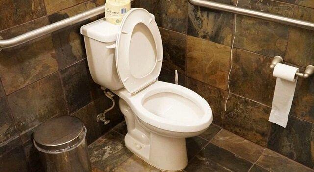 Oto dlaczego zawsze przed spuszczeniem wody w toalecie zamykaj jej klapę