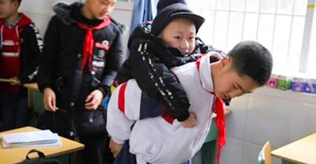12-letni chłopiec od 6 lat z rzędu nosi na plecach chorego przyjaciela, żeby mógł uczestniczyć w lekcjach