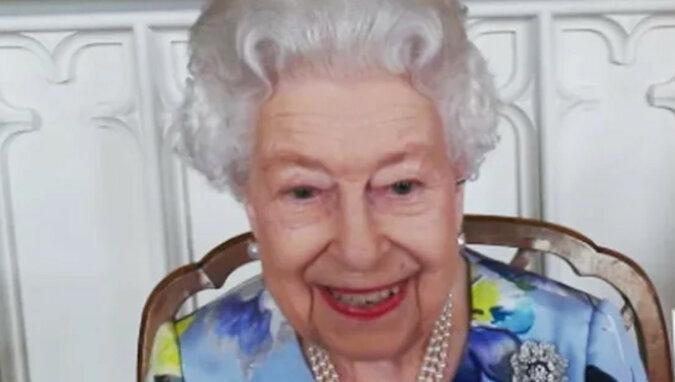 """""""Królowa schudła, ale się uśmiecha"""": Elżbieta II zdjęła żałobę po śmierci męża"""