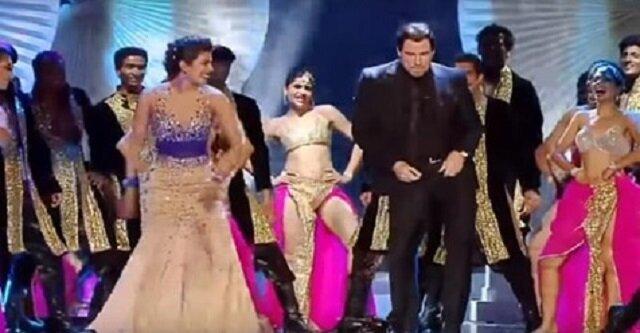 John Travolta tańczy taniec indyjski. Rozświetlił scenę swoją energią
