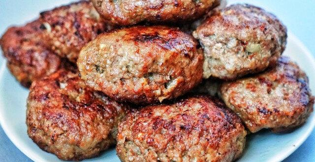 Biorę 500 gramów mielonego mięsa - 15 minut i góra kotletów jest na stole, bez kłopotów i smażenia. Szybki przepis