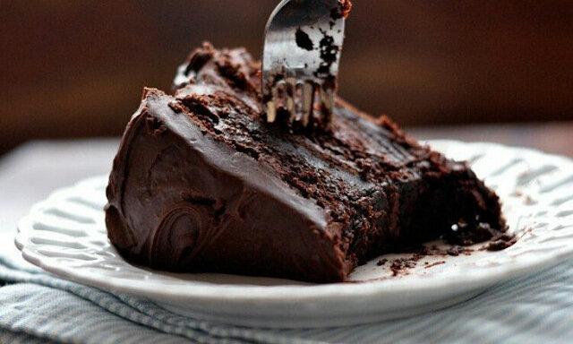 Wilgotny tort czekoladowy. Łakomczuchy są zachwyceni