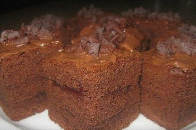 Bardzo delikatny i puszysty czekoladowy biszkopt do herbaty