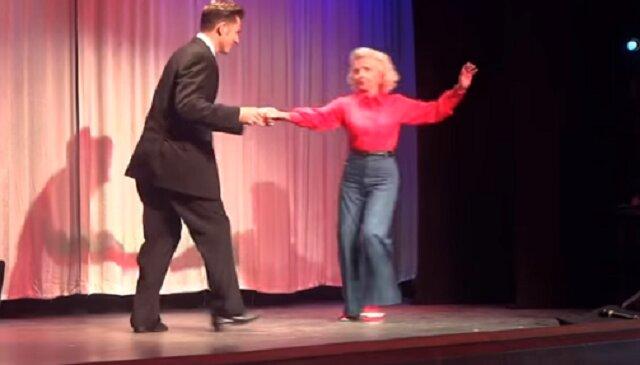 Nie do wiary - mężczyzna prosi 88-latkę do tańca. Jak ona tańczy
