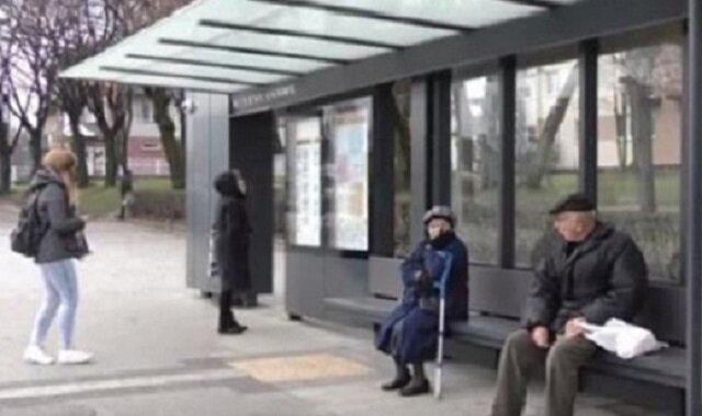 Staruszka upadła na przystanku, gdy zobaczysz kto jej pomógł będziesz w zaskoczony