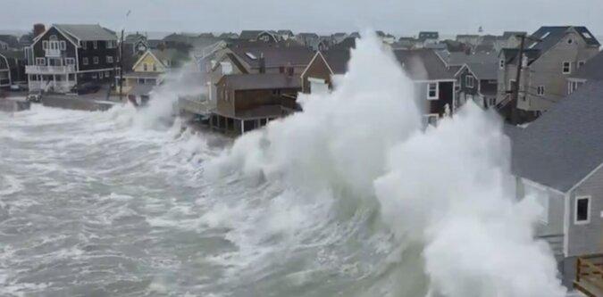 Drone wychwycił gigantyczne fale sztormowe, które zniszczyły domy na wybrzeżu USA