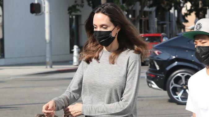 W tych wełnianych rozkloszowanych spodniach jak u Angelina Jolie jesteśmy gotowe spędzić całą jesień