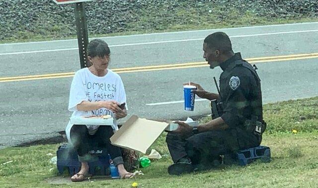 Policjant nakarmił bezdomną i usiadł aby zjeść z nią posiłek. A wszystko dzięki koszulce z napisem w którą była ona ubrana
