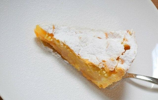 """Ciasto jest """"domowe"""" i """"przytulne"""": delikatne ciasto francuskie i dużo aromatycznego, soczystego, nadzienia jabłkowego"""