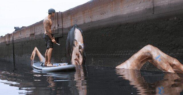Oszałamiające obrazy znad powierzchni wody: artysta maluje stojąc na desce surfingowej