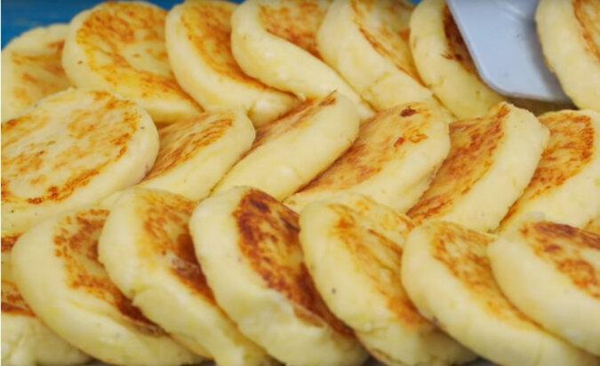 Pyszne placuszki serowe z ziemniakami. Wspaniałe śniadanie lub przekąska