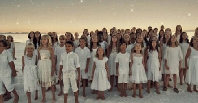 Dziecięcy chór wykonuje piosenkę popularnej wokalistki rihanny – nie możemy przestać słuchać ich anielskich głosów