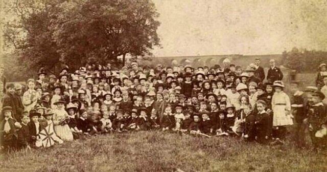 Na tym zdjęciu widzimy 1 matkę i 69 jej dzieci. Urodziła je przez 76 lat z rzędu
