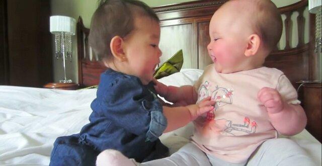 Najbardziej wzruszający film z bliźniakami, którzy świetnie się bawią