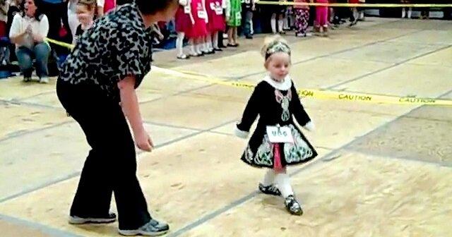 """3-letnia dziewczynka tańczy irlandzki """"jig"""". Zobacz"""