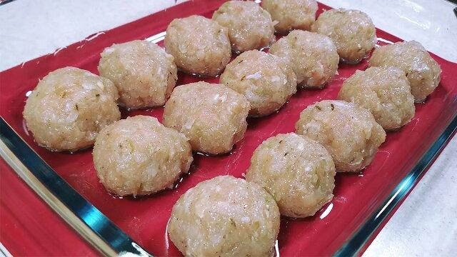 Przekładam mielone mięso tartymi ziemniakami i wstawiam do piekarnika. Piękny i pyszny obiad z prostych składników