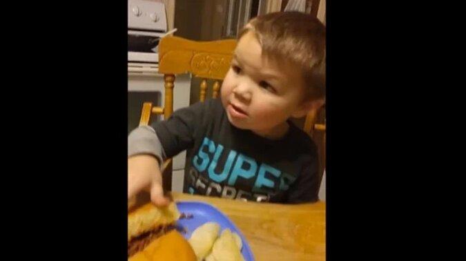 """""""To jest kupa"""". Tak reaguje ten mały chłopiec na jedzenie mamy. Zobacz ten zabawny filmik"""