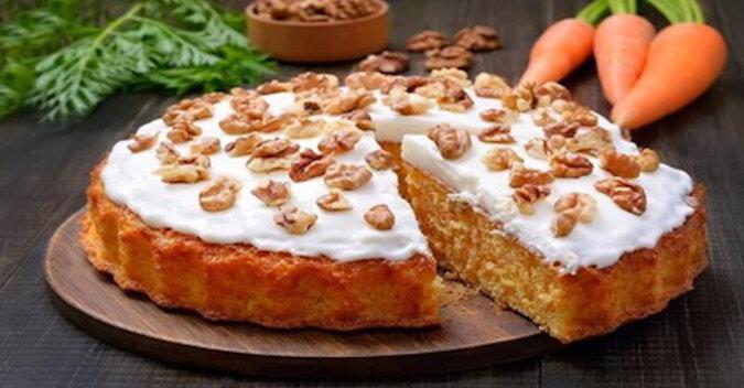 Przepis na ciasto marchewkowe z delikatnym kremem twarogowym. Niesamowicie smaczne