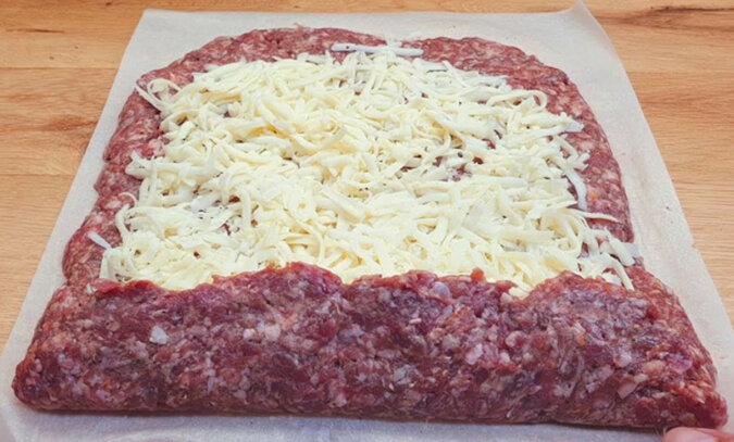 Farsz posyp startym serem, zwiń w rulonik i włóż do zamrażarki. Ciekawe i soczyste danie na obiad