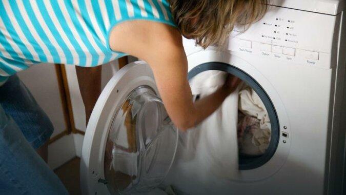 Wrzuć skorupki z jajek do pralki i włącz urządzenie. Nie pożałujesz