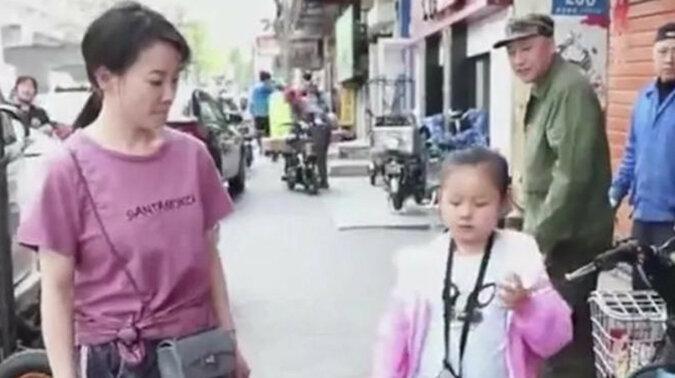 Niewidoma dziewczynka sama chodzi do szkoły i nie podejrzewa, że jej mama idzie za nią