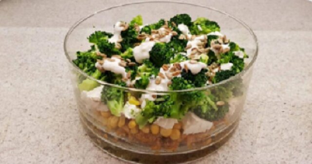 Pyszna sałatka z brokułów i fety – szybki przepis