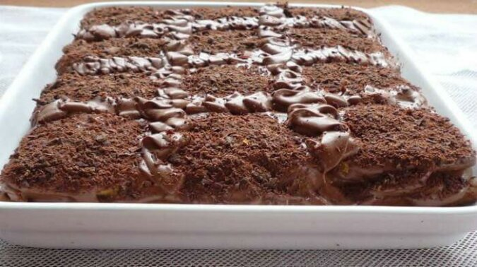 Kakaowe ciasto bez pieczenia. Łatwe ciasto z herbatników i czekoladowej masy budyniowej