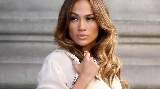 Fryzura, która wizualnie odmładza o 15 lat. Jennifer Lopez ponownie anuluje proces starzenia się