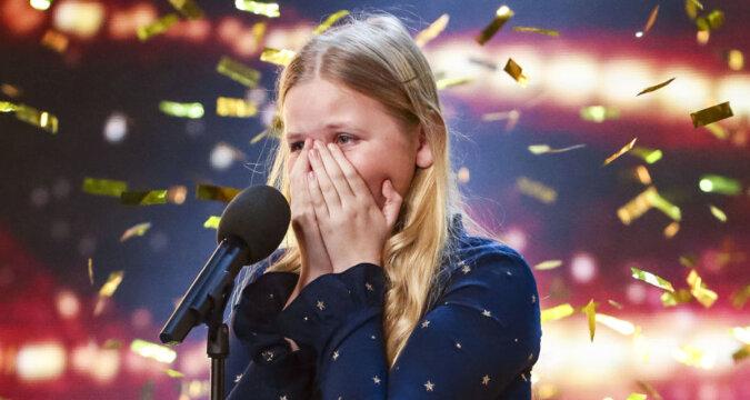 Nieśmiała dziewczyna stanęła na środku sceny. Po kilku sekundach publiczność oklaskiwała ją na stojąco
