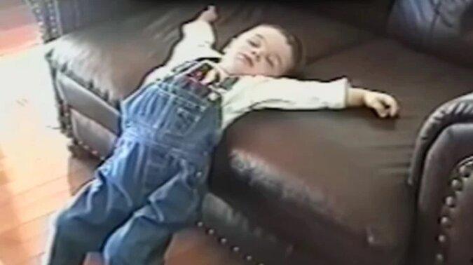 Dzieci ciężko walczyły, by nie zasnąć, ale... Zobacz ich zabawną walkę