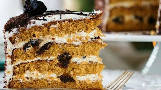 Przepis mojej babci: soczyste ciasto miodowe z suszonymi śliwkami