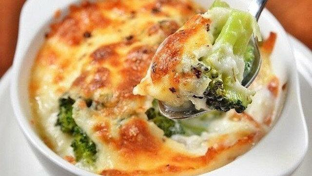 """Moja ulubiona zapiekanka z brokułami i serem """"Morze szczęścia"""""""