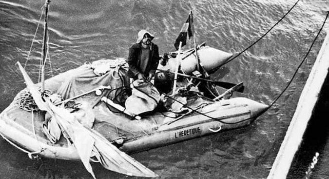 Niesamowita historia Alaina Bombarda, który przemierzył Ocean Atlantycki malutkim pontonem. Bez jedzenia i wody